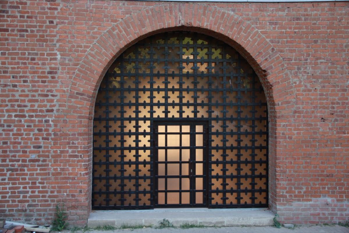 Окна в арочных проемах отреставрировали в Ивановском башне Нижегородского кремля - фото 1