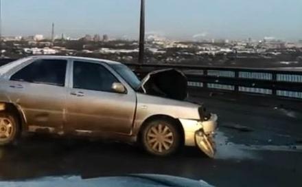 Две аварии случились на Мызинском мосту во второй день зимы