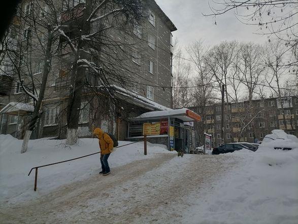 Территории у детских садов и поликлиник в Советском районе завалены снегом - фото 7
