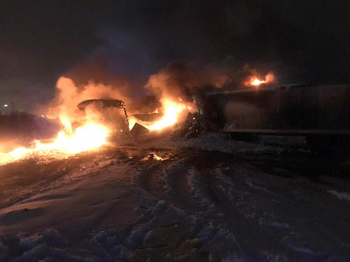 Столкнулись и загорелись: в Кстовском районе произошла авария с тремя фурами и одним погибшим - фото 1