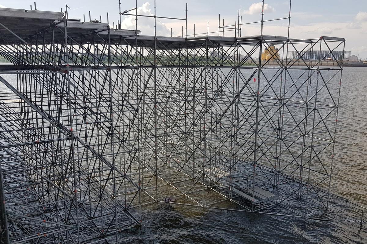 Сцену для гала-шоу 800-летия Нижнего Новгорода монтируют на воде - фото 1