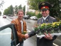 Сотрудники ГИБДД Нижегородской области подарили родителям-автомобилистам комнатные цветы