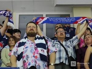 Болельщики нижегородского «Торпедо» споют военные песни на матче с хабаровским «Амуром»