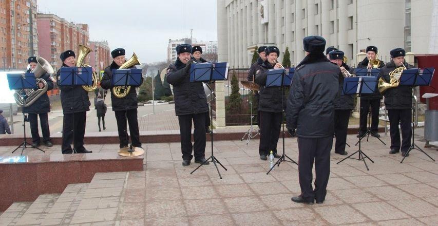 Оркестр нижегородской полиции устроил концерт под открытым небом для женщин - фото 2