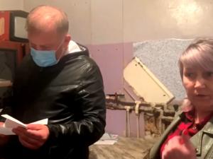Жители автозаводского дома ищут помощи в борьбе с разрухой и плесенью