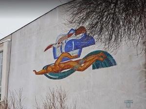 Рабочие уничтожили советскую мозаику на здании бассейна в Автозаводском районе