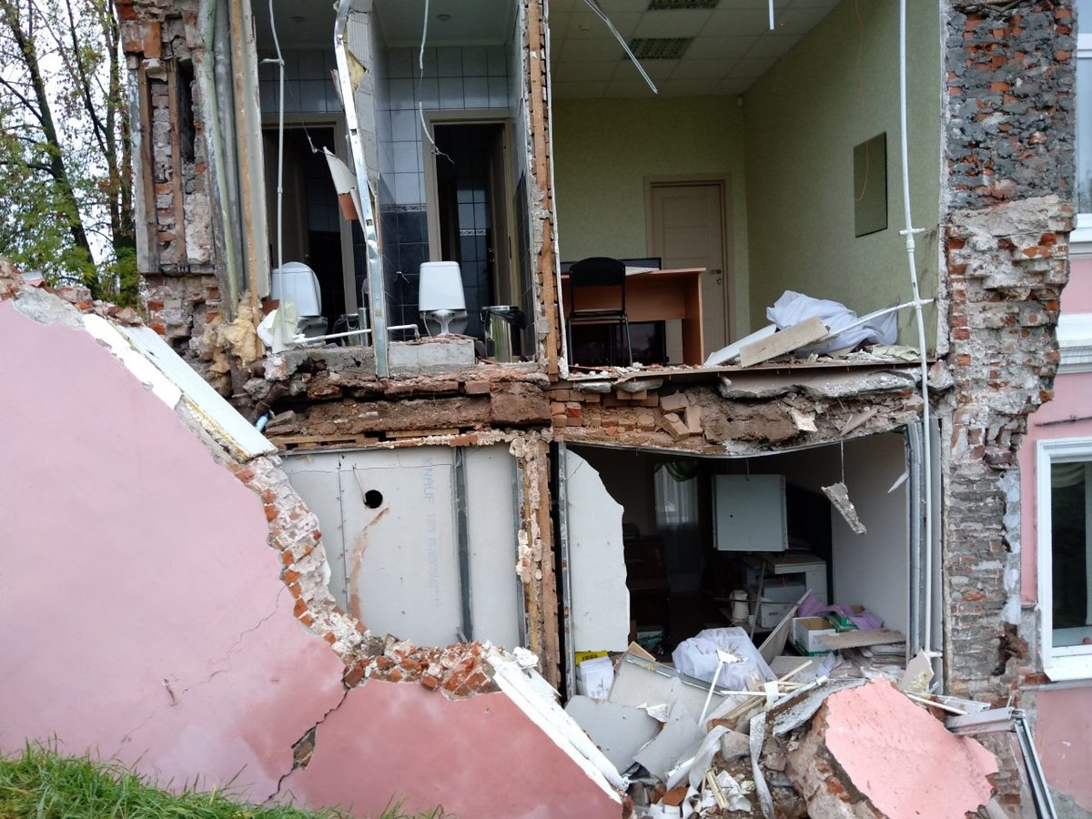 Стена дома рухнула на улице Суетинской - фото 1