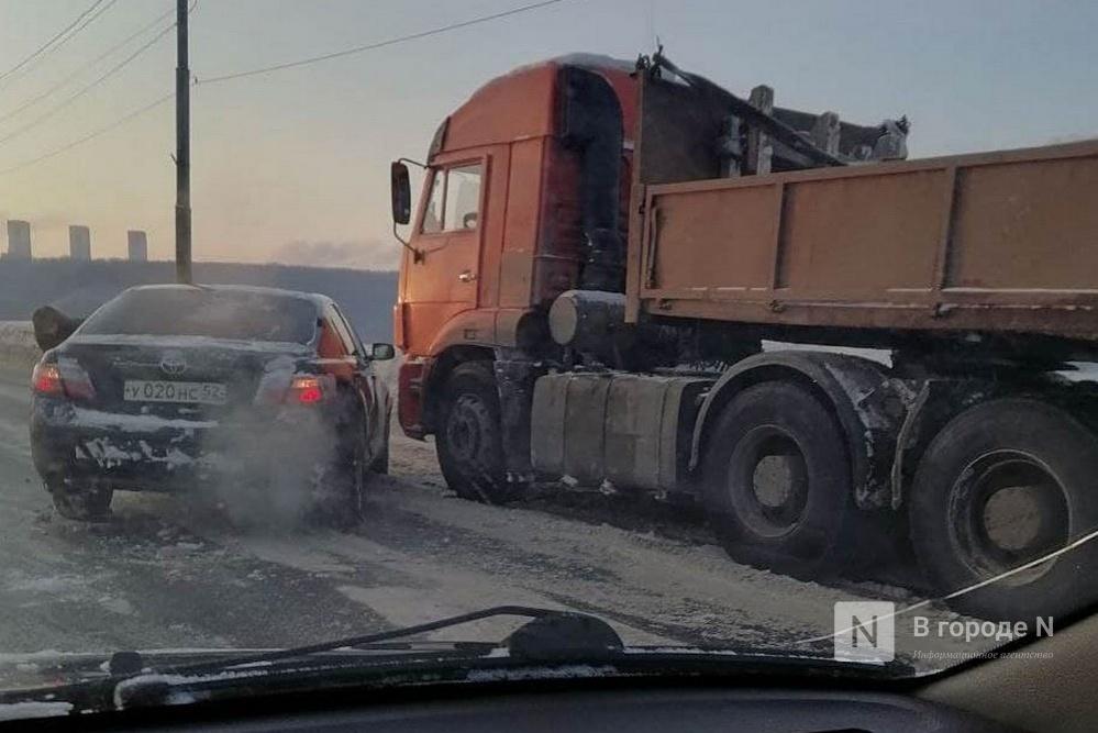 Столкновение иномарки и грузовика у Мызинского моста затруднило движение в сторону улицы Ларина - фото 1